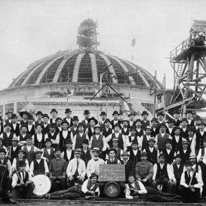 Pamiątkowe zdjęcie ekipy pracującej przy budowie Hali Stulecia