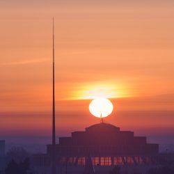 Hala Stulecia i Iglica na tle zachodu słońca